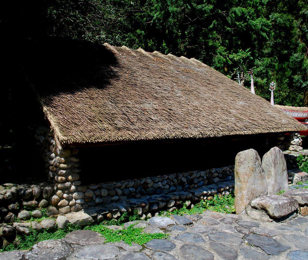 九族文化村包含日月潭纜車簡介-達悟族 TAO 達悟族舊稱雅美族,族人分佈在蘭嶼島,背山面海,傳統住屋呈半穴居的地下屋,特殊景觀,可抵抗颱風季節的風害。這些傳統住屋和獨特的拼版舟,都很獨具特色。