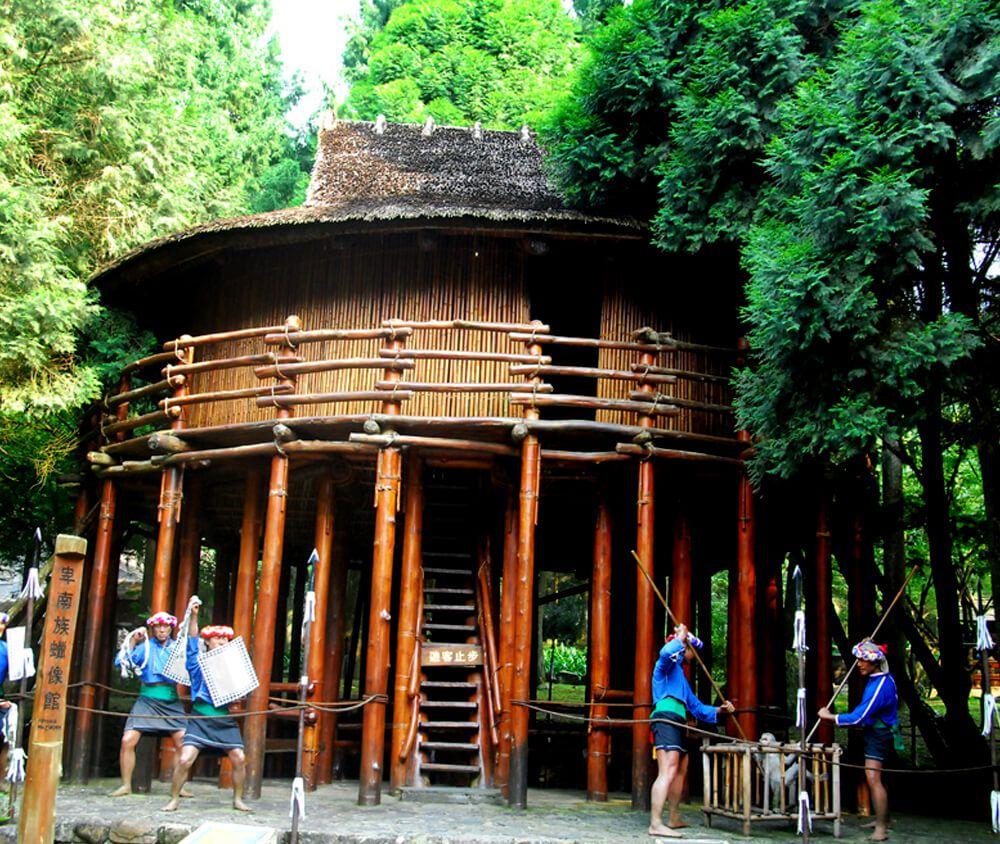 九族文化村包含日月潭纜車簡介-卑南族 PUYUMA 這裡展示的「少年會所」高腳屋造型獨特少見,是地標性的建築。還有透過蠟像展示的猴祭、年祭、花冠禮讚和盪鞦韆,可以進一步了解卑南族的文化。