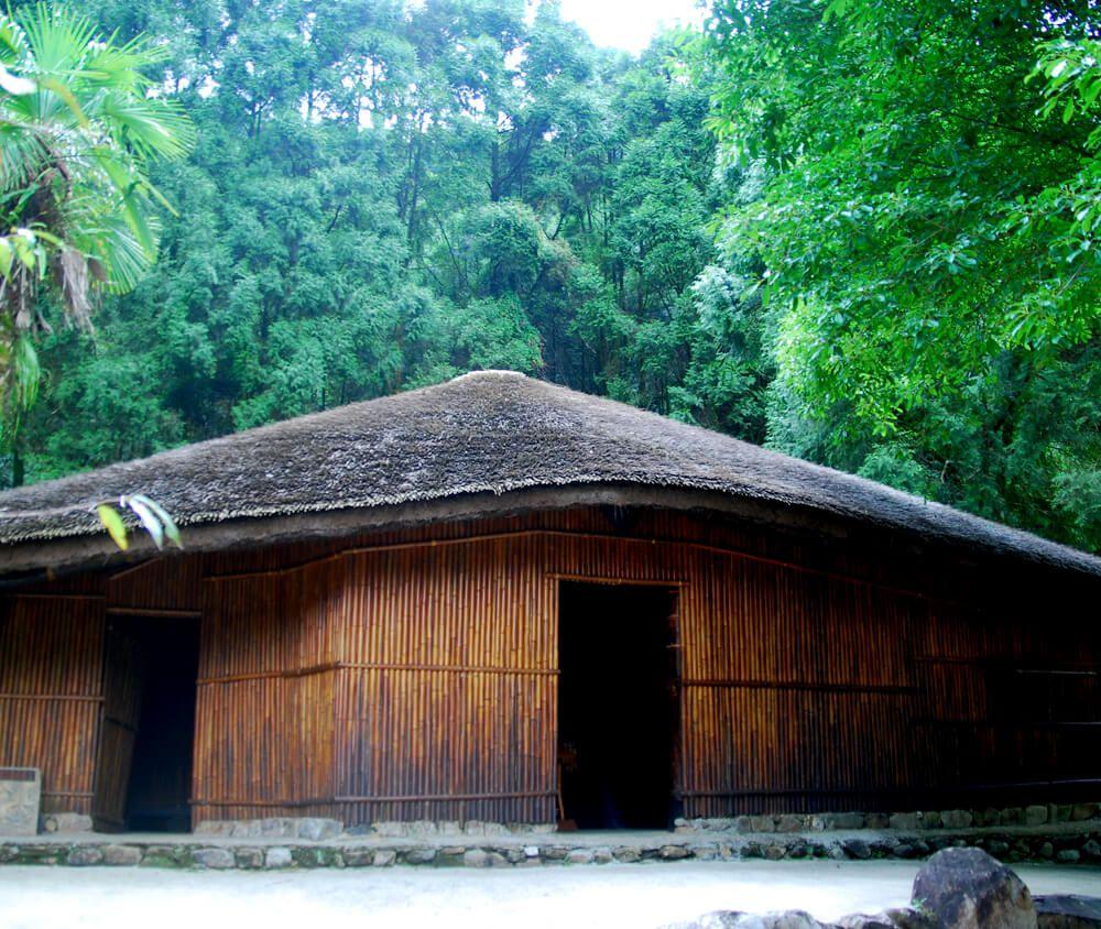 九族文化村包含日月潭纜車簡介-鄒族 TSOU 這裡最主要的建築是集會所,也稱為庫巴(kuba),是社會組織的中心,重要的部落事務會議和祭典都在此舉行,旁邊的赤榕樹被奉為神樹。一旁還有皮雕工坊,介紹鄒族擅長的皮革工藝。