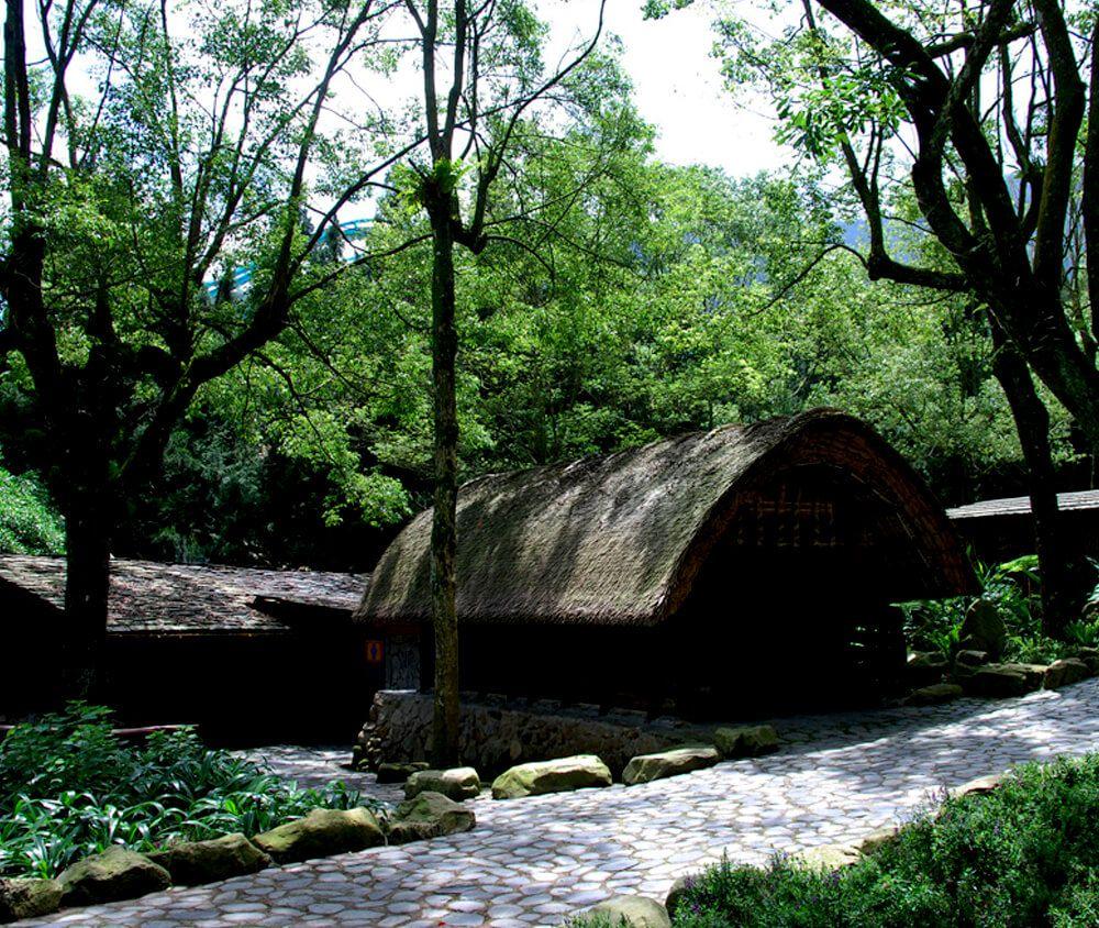 九族文化村包含日月潭纜車簡介-泰雅族 ATAYAL 這裡展示泰雅族和賽德克族的傳統住屋外,還有透過蠟像、石雕和文物展現的紋面文化館、織布展示和霧社事件的介紹,另外旁邊還設有射箭場,讓遊客體驗拉弓射箭打獵的生活。