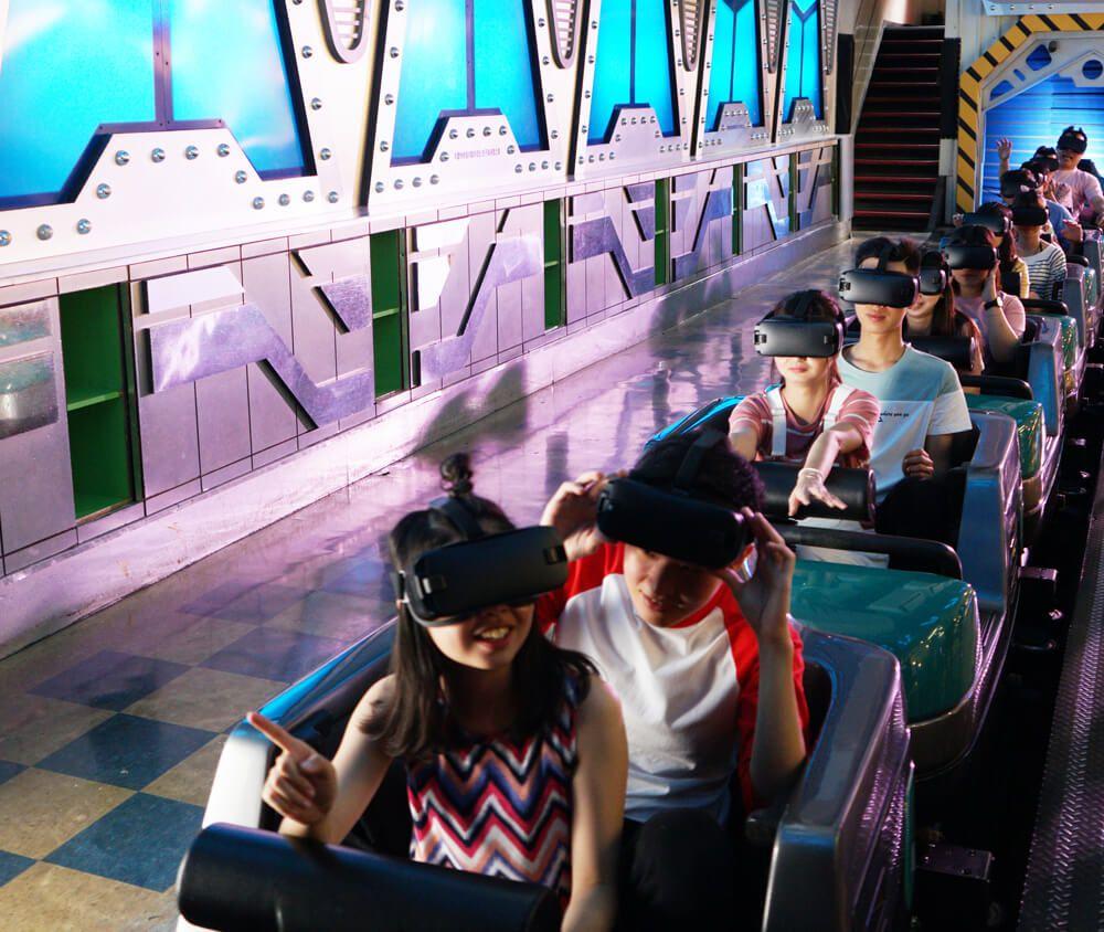 九族文化村包含日月潭纜車簡介-太空山/VR星際戰艦 獨特的室內雲霄飛車,全程在黑暗中翻轉滑行的太空之旅,遊客可以另外租用VR眼罩,體驗激烈的星際大戰