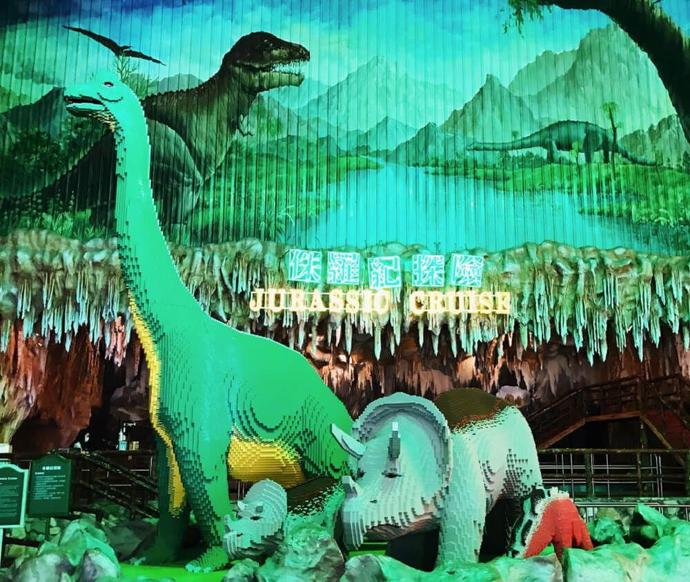 九族文化村包含日月潭纜車簡介-侏羅紀探險 乘坐遊艇進入史前的侏羅紀時期,體驗與暴龍並肩而過的滋味,沿途並有火山爆發十八個場景