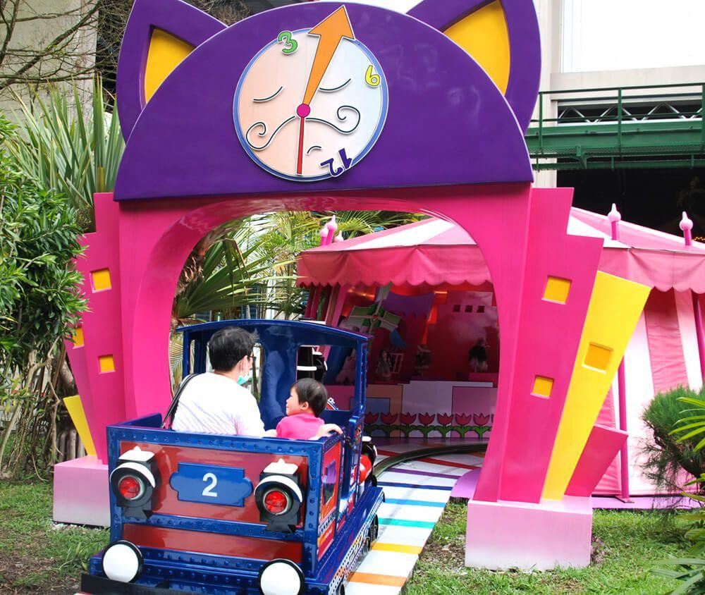 九族文化村包含日月潭纜車簡介-老爺車 小小世界的老爺車,適合全家一起搭乘,在歌聲中穿越奇幻王國