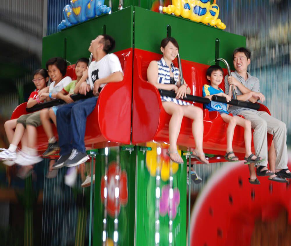 九族文化村包含日月潭纜車簡介-跳跳蛙 青蛙主題裝飾,色彩繽紛的外型與刺激的跳躍動作,是會彈跳的小型自由落體