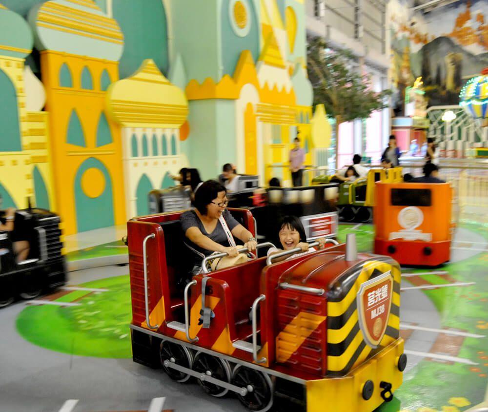 九族文化村包含日月潭纜車簡介-轉轉車 小火車頭在8 字型的軌道上三重旋轉動作絕對歡樂刺激。乘客可獨自旋轉展開瘋狂旅程