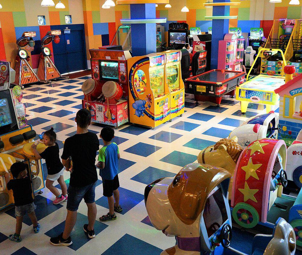 九族文化村包含日月潭纜車簡介-嘉年華特區 區內規劃多項互動性電玩與益智性遊戲,營造出一個快樂的新遊戲空間,等你來挑戰拿獎品